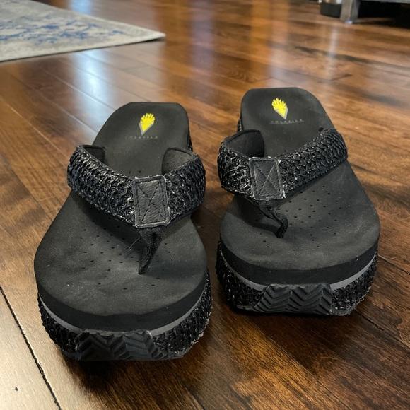 Volatile platform sandals. Black. Size 8.